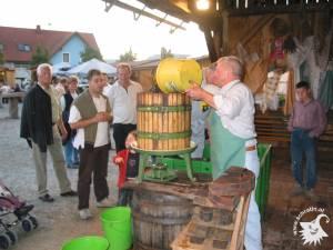 20031002-Weinpressen-08