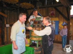 20031002-Weinpressen-13